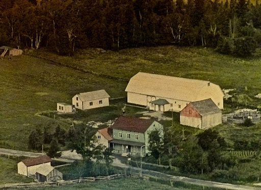 Dans les années '50, la maison de Pierre-Julien Bergeron et Yolande Boulianne entourée des bâtiments de ferme